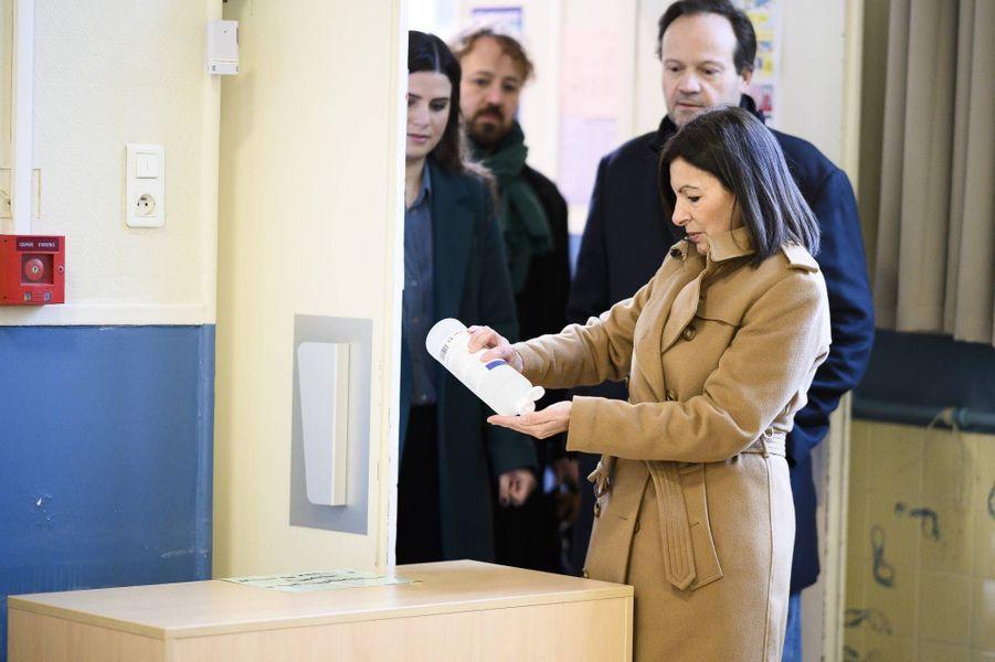 Anne Hidalgo a voté à Paris pour le premier tour des élections municipales, le 15 mars 2020.