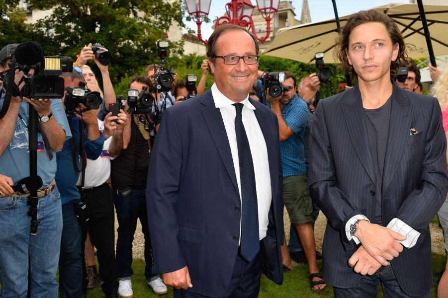 François Hollande etRaphaël, un des membres du jury.