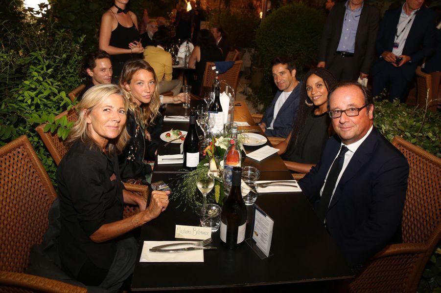 François Hollande au dîner d'ouverture du Festival d'Angoulême en compagnie de Claire Chazal, Laura Smet,Raphael, Ivan Guyot et Stefi Celma.