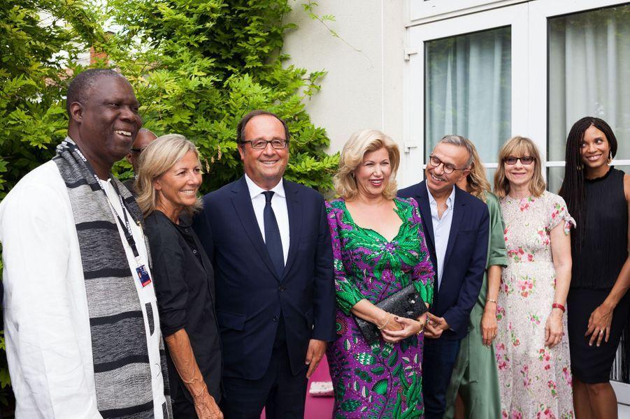 François Hollande entouré deMaurice Bandaman, Claire Chazal, Dominique Ouattara, Philippe Besson, Laura Smet, Denise Robert et Stefi Celma au Festival d'Angoulême mardi.