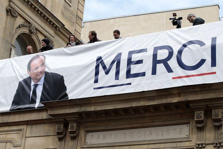 Une banderole à l'hommage de François Hollande, devant le siège du PS, dimanche