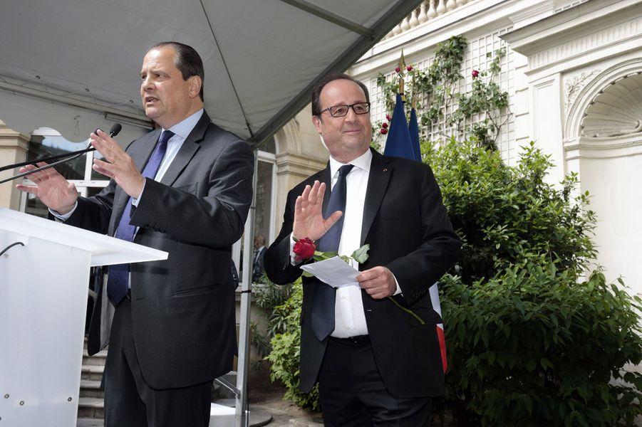 François Hollande à son arrivée au siège du PS, dimanche, après la passation de pouvoirs
