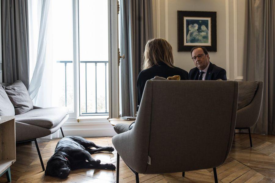 François Hollande, dans son bureau le 12 avril 2018, en compagnie deSybil Gerbaud, conseillère presse de l'ex-président et Philae.