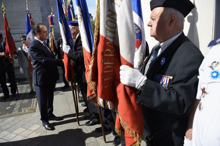 François Hollande salue les anciens combattants