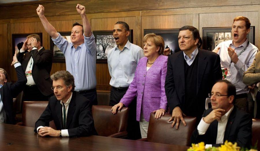 Instant de détente entre puissants: David Cameron, le Premier ministre britannique, explose de joie lorsque Chelsea marque contre le Bayern Munich, samedi 19 mai. La chancelière allemande, Angela Merkel, a la mine fermée, tandis que Barack Obama semble apprécier le geste. François Hollande, pourtant grand amateur de football, paraît impassible. Il a également refusé de commenter le triomphe de Montpellier, dimanche.