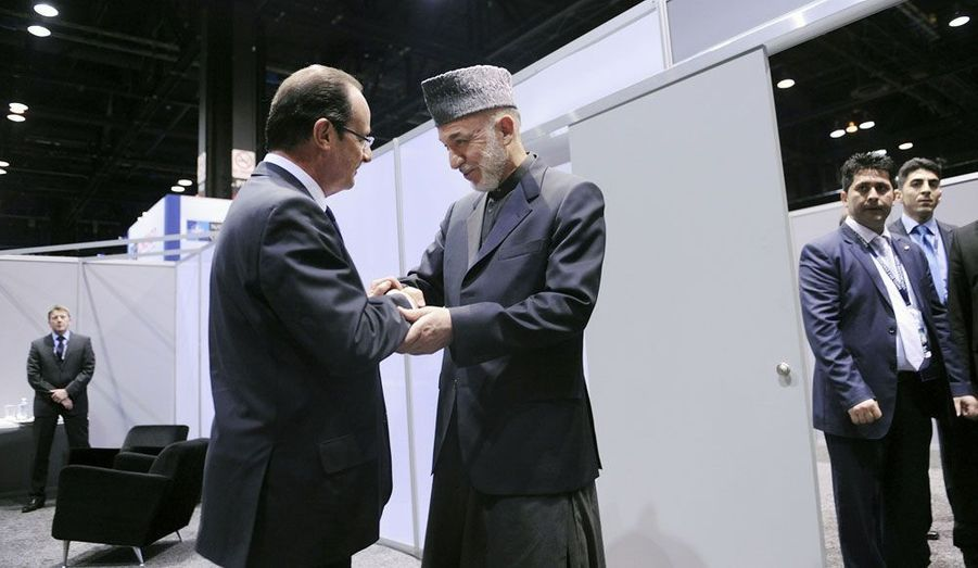 François Hollande et le Président afghan, Hamid Karzaï, ont échangé lors d'une rencontre bilatérale dimanche. Le sort du pays que ce dernier dirige depuis 2001 était au coeur des discussions, alors que Paris veut désormais retirer ses soldats avant la fin de l'année et que Washington entend faire de même d'ici deux ans. Hamid Karzaï a assuré lundi que son pays avait hâte de ne plus «être un poids» pour la communauté internationale.