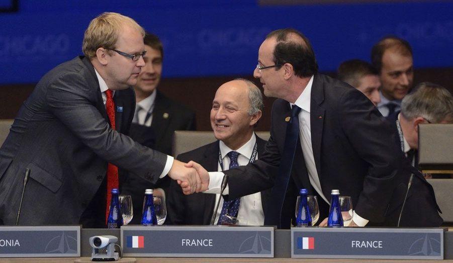 Le ministre estonien des Affaires étrangères, Urmas Paet, serre la main de François Hollande, dimanche. Le nouveau président de la République, peu connu avant son élection hors de France, a pris contact avec de nombreux responsables. C'était également la première échéance internationale de Laurent Fabius, ministre des Affaires étrangères.