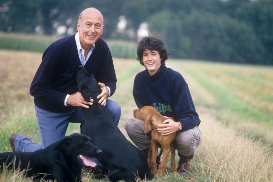 En 1987, Jacinte Giscard d'Estaing pose avec son père Valéry et les labradorsAlaska et Beauty.