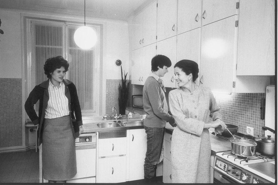 En 1981, Anne-Aymone Giscrad d'Estaing cuisine avec ses filles Valérie-Anne et Jacinthe.