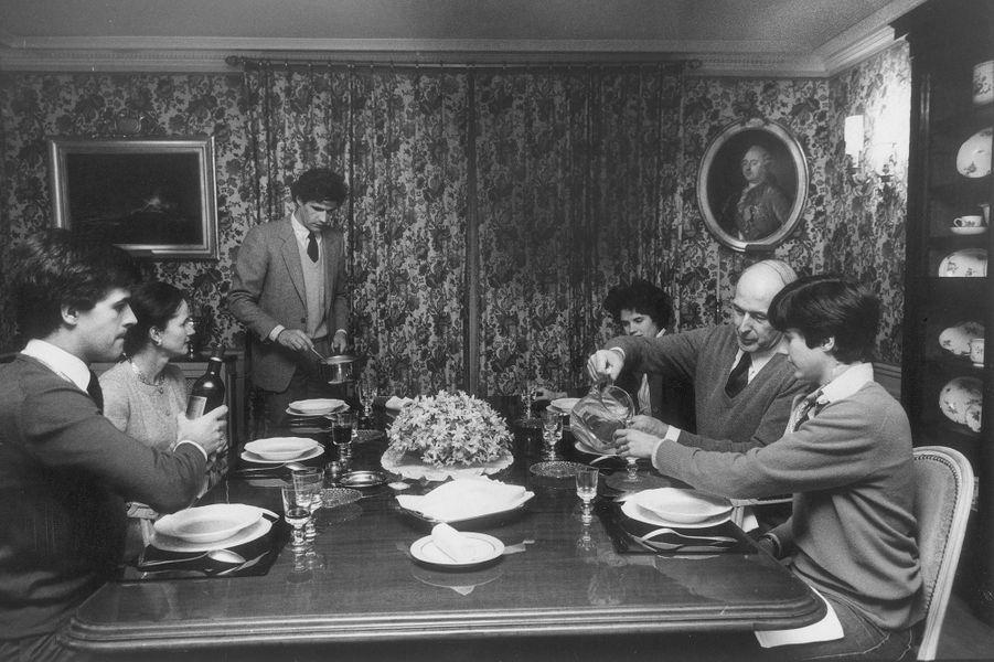 Mars 1981, les Giscard d'Estaing partagent ensemble lerepas du dimanche dans leur appartement parisien.