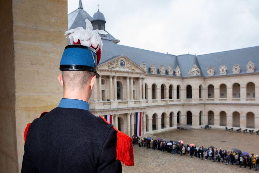 Dimanche 29 septembre, la foule se presse aux Invalides, jour et nuit, pour un dernier adieu à Jacques Chirac.