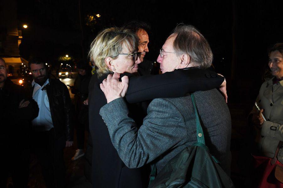 Dans la soirée, Claude Chirac et son époux Fréderic Salat-Baroux ont remercié pendant plus d'une heure et demie la foule faisant la queue aux Invalides.