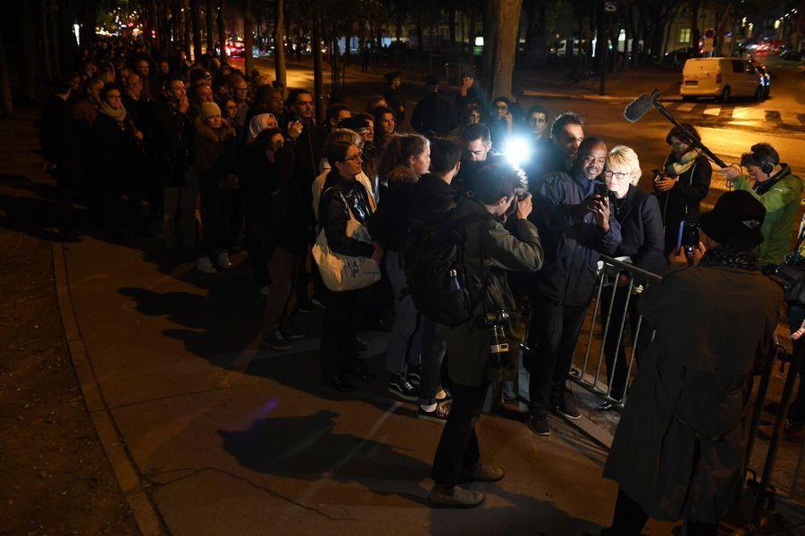 Dans la soirée, Claude Chirac et son époux Fréderic Salat-Baroux ont remercié la foule faisant la queue aux Invalides.