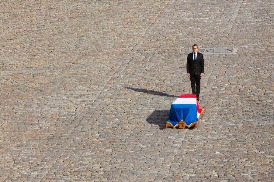 Au nom de la République, Emmanuel Macron présente les honneurs.