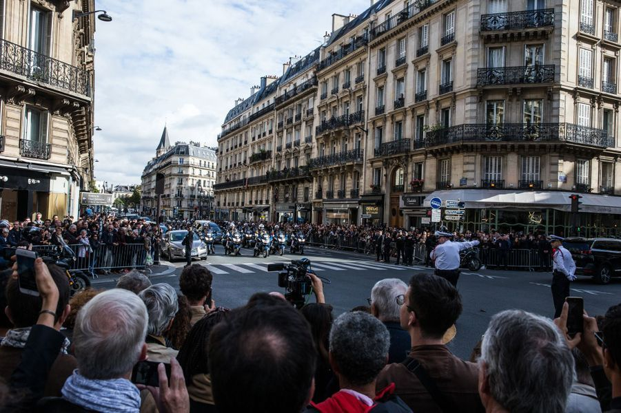 Tout le long du parcours, le convoi funéraire est applaudi par la foule.