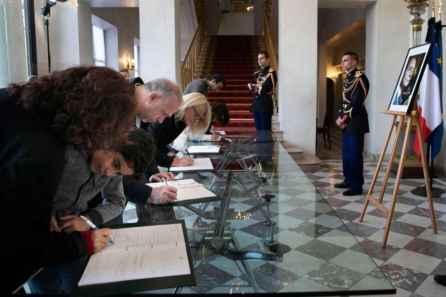Dès jeudi 26 septembre au soir, l'Elysée a ouvert ses portes pour que les Français puissent signer des livres d'or en hommage à Jacques Chirac.