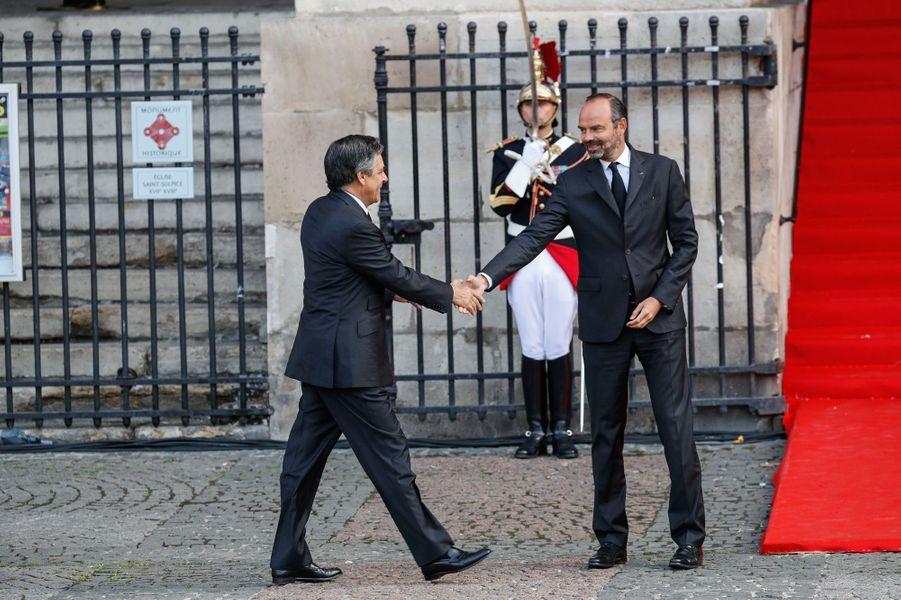 Edouard Philippe salue l'un de ses prédécesseurs, François Fillon.