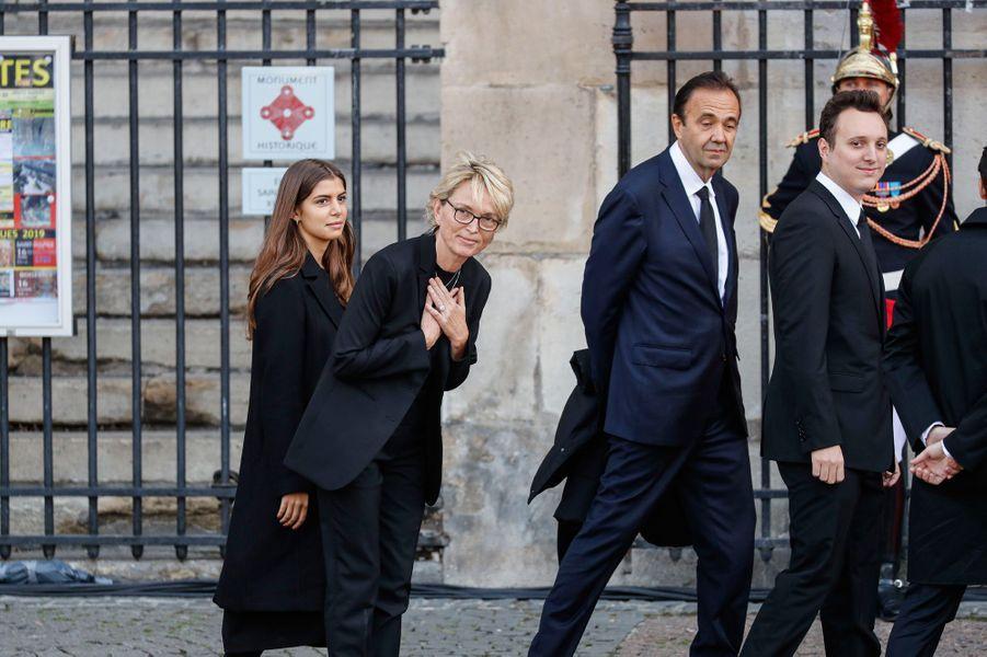 La fille de Jacques et Bernadette Chirac a été très applaudie à son arrivée à l'église Saint-Sulpice.