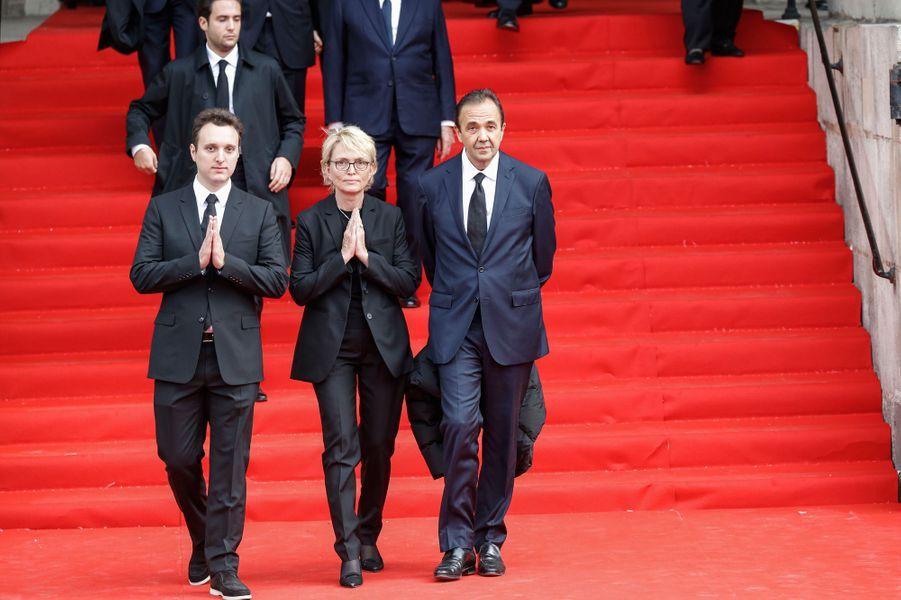 Le petit-fils de Jacques Chirac, Martin, sort de l'église aux côtés de sa mère Claude et de Frédéric Salat-Baroux. Dans la foule fusent des mercis.