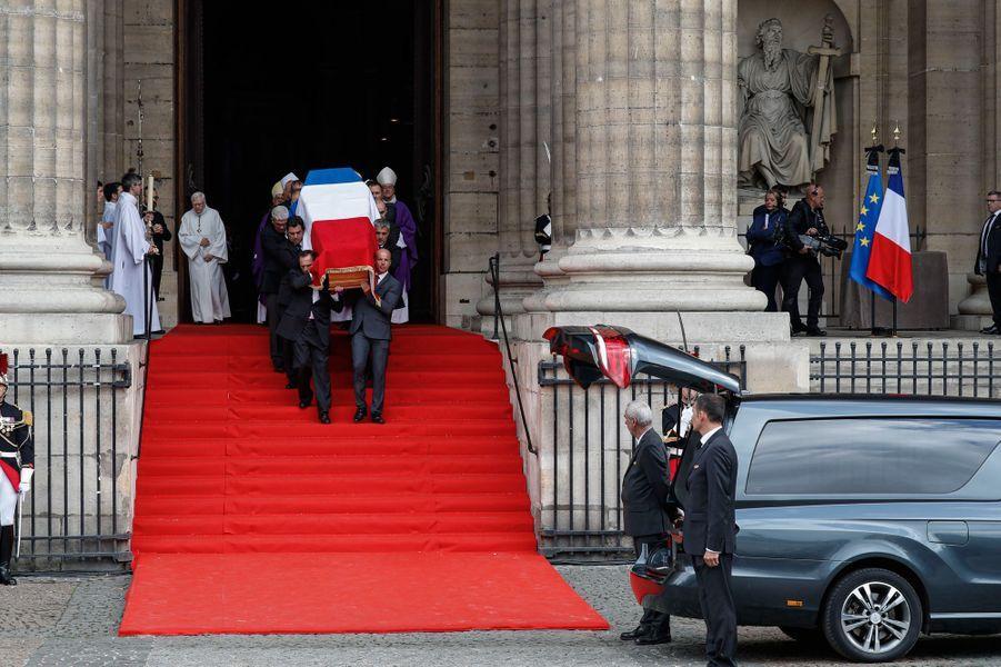 Le cercueil de Jacques Chirac porté par ses gardes du corps.