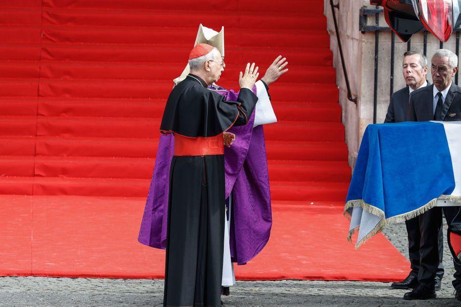 Le cardinal français, Dominique Mamberti, le légat du pape et Mgr Michel Aupetit, l'archevêque de Paris, bénissent le cercueil.