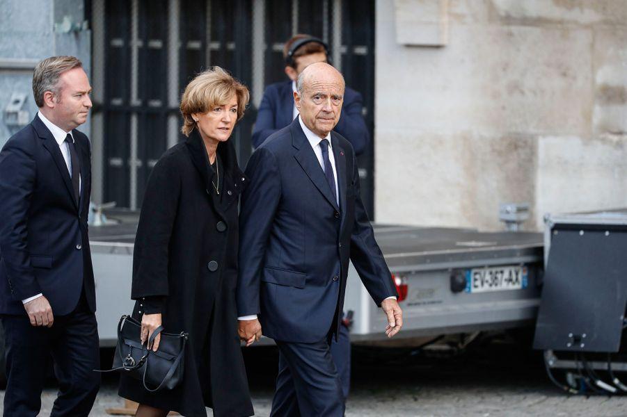 Alain Juppé et son épouse arrivent à l'église Saint-Sulpice.