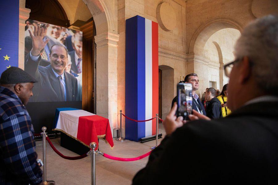 Le cercueil de Jacques Chiracà l'entrée de la cathédrale Saint-Louis des Invalides, dimanche 29 septembre.