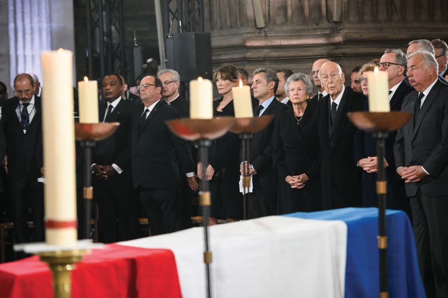 Devant le cercueil, une lignée de chefs d'Etat : François Hollande, Nicolas Sarkozy et Carla Bruni-Sarkozy, Valéry Giscard d'Estaing et son épouse Anne-Aymone , près de Richard Ferrand et Gérard Larcher.