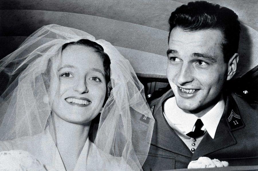 Le 16 mars 1956, Bernadette Chodron de Courcel épouse Jacques Chirac à Paris. Le couple souriant à bord d'une voiture. Le marié porte un uniforme de sous-lieutenant de cavale.