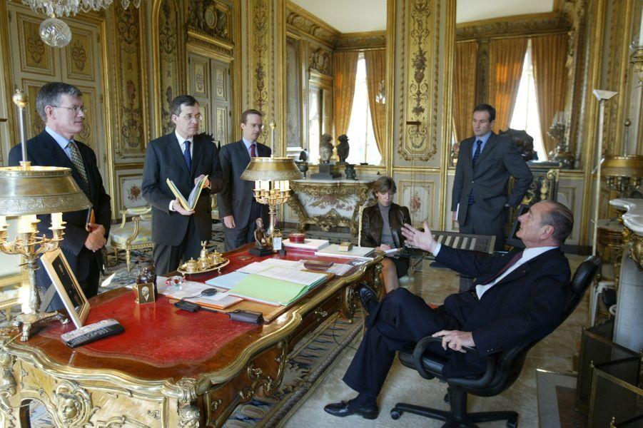 17 février 2003.Jacques Chirac réunit sa cellule «diplomatique» : le président de profil assis à son bureau du 1er étage de l'Elysée entouré de sa garde rapprochée pour préparer le Conseil européen prévu le soir même à Bruxelles : André Parant, Maurice Gourdault-Montagne (sherpa du président), Charles Fries, Catherine Colonna (porte-parole) et Laurent Bili (questions politico-militaires).