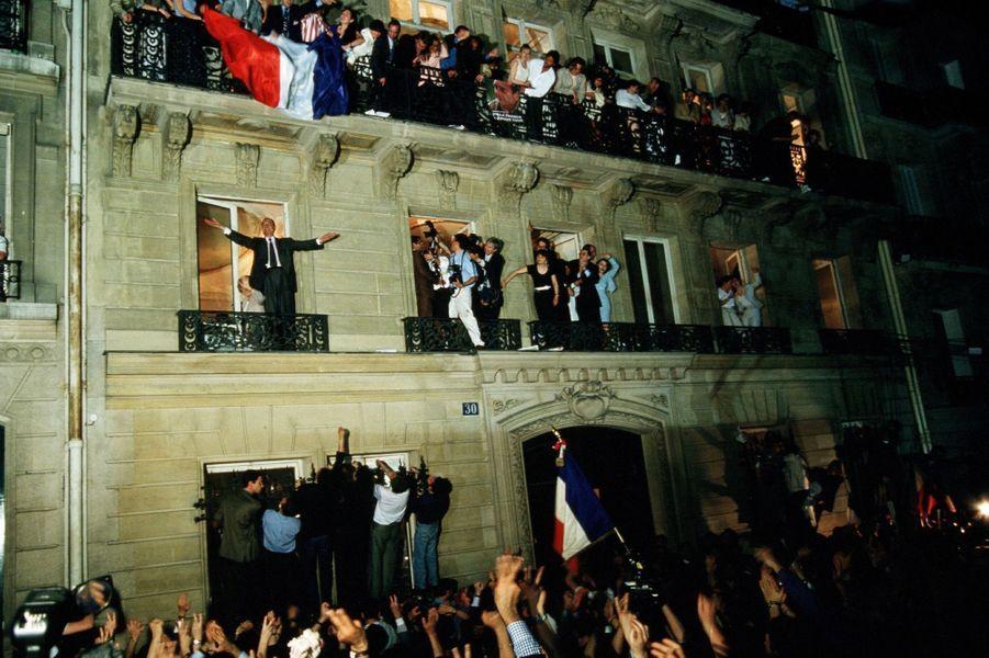 7 mai 1995.Les résultats du 2ème tour des élections présidentielles : Jacques Chirac, élu président de la République, salue la foule debout sur le rebord d'une fenêtre au balcon du 1er étage de son QG avenue d'Iéna à Paris, avec son épouse Bernadette à ses côtés.