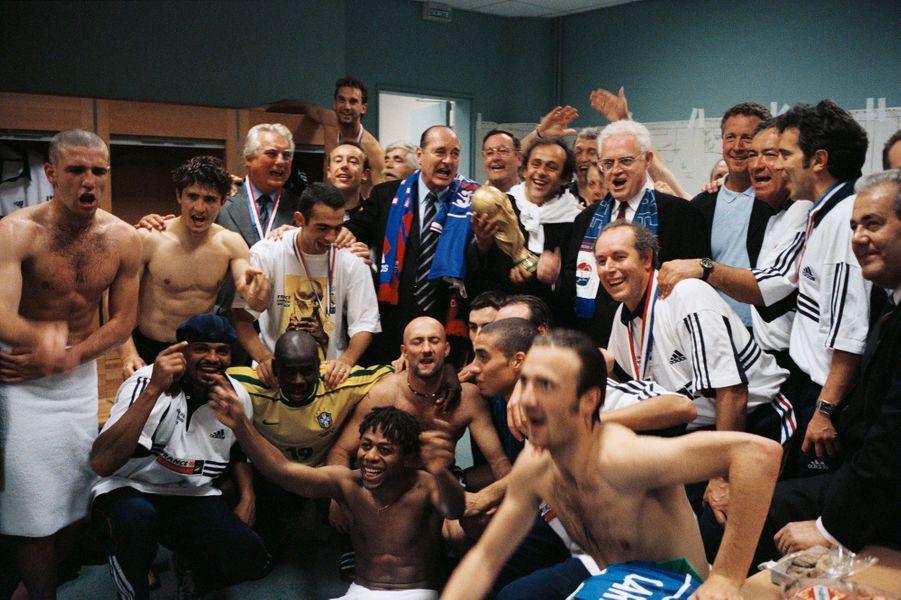 12 juillet 1998.Coupe du monde de football France 1998 : les joueurs fêtant leur victoire contre le Brésil en chantant dans les vestiaires avec le Président de la République Jacques Chirac et le Premier ministre Lionel Jospin.