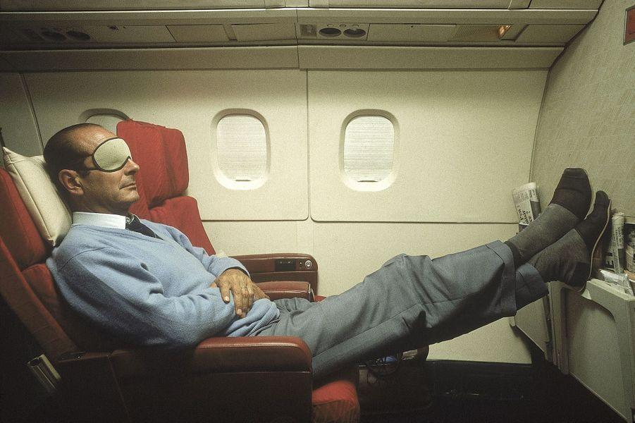18 septembre 1987. Jacques Chirac en pantoufles et masque sur les yeux se reposant à bord du Concorde l'emmenant en Nouvelle-Calédonie.