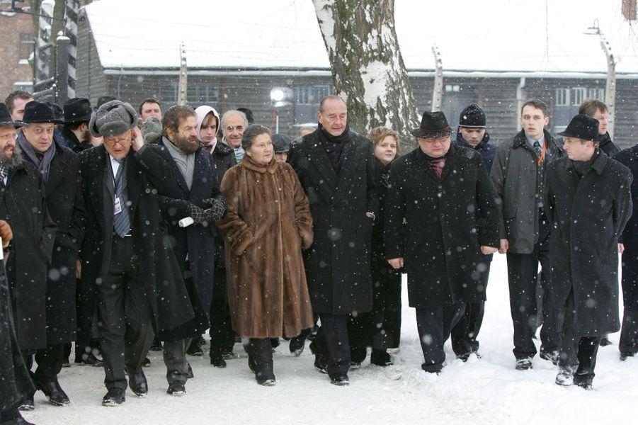 27 janvier 2005.Les célébrations du 60ème anniversaire de la libération du camp d'Auschwitz : l'arrivée au camp de Jacques Chirac accompagné de Simone Veil.