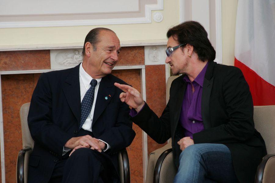 8 juillet 2005.Jacques Chirac discutant avec le musicien Bono de U2, en marge du sommet du G8 à Gleneagles, en Ecosse.