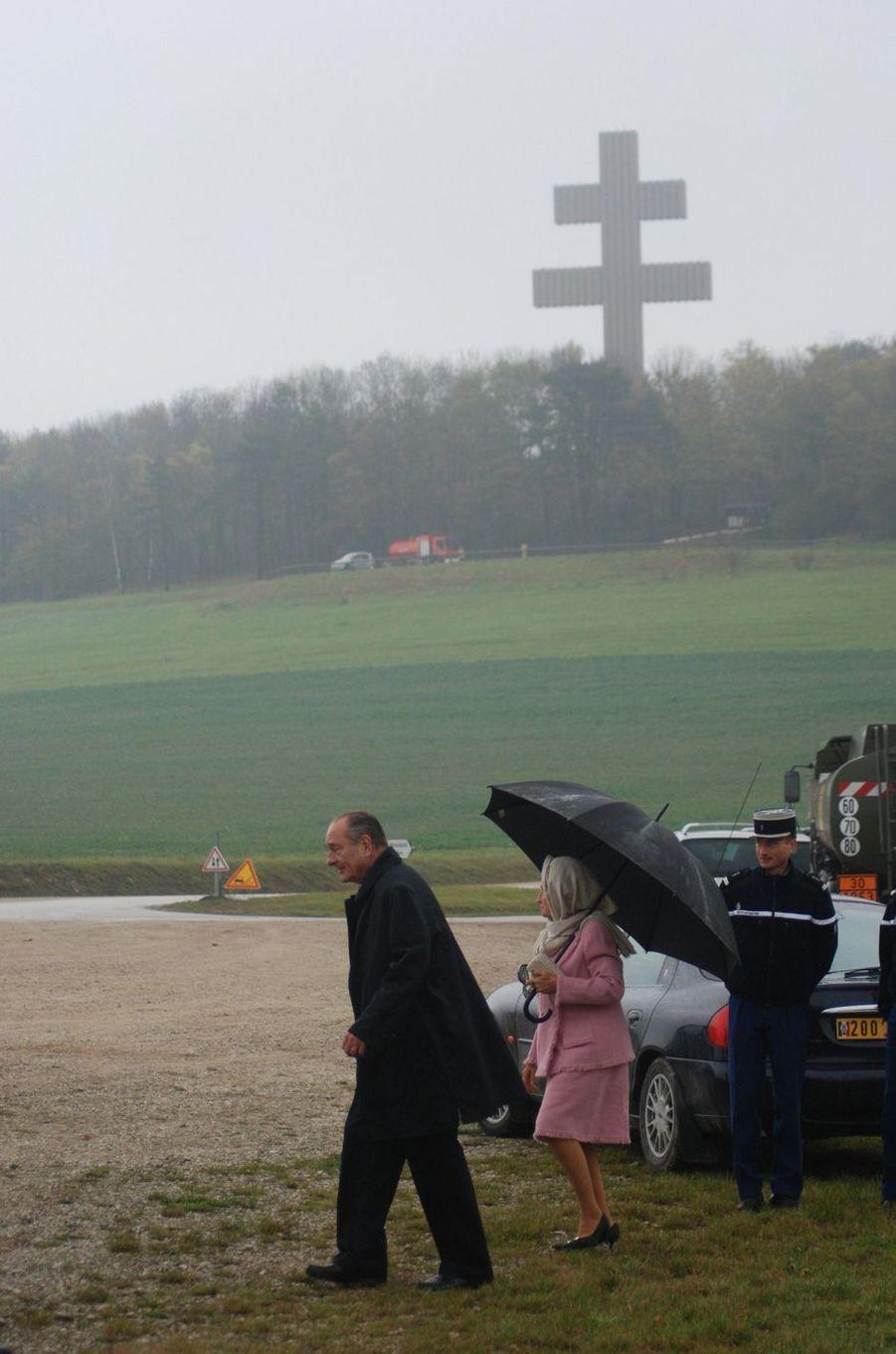 9 novembre 2006.Jacques et Bernadette Chirac à Colombey-les-Deux-Eglises, en Haute-Marne, pour célébrer le 36ème anniversaire de la mort du général de Gaulle et pour poser la première pierre du mémorial. Au fond, la croix de Lorraine.