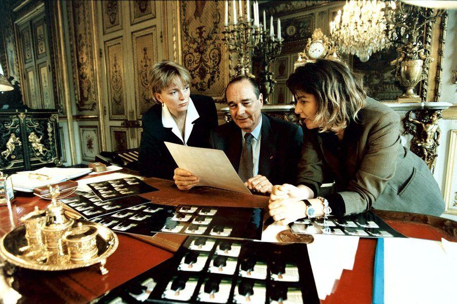 3 juin 1995.Bettina Rheims réalise la photo officielle du nouveau président de la république française, Jacques Chirac : le président assis à son bureau de l'Elysée entouré de sa fille Claude et de la photographe qui a étalé les planches contacts devant eux afin de faire le choix du portrait qui ornera les bureaux des mairies et autres bâtiments officiels de France.