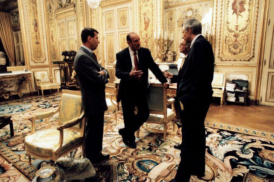 9 novembre 2001.Jacques Chirac conversant avec ses conseillers dans son bureau de l'Elysée : de gauche à droite, le général Henri Bentegeat, chef de l'état-major particulier, Jean-Marc de la Sablière, conseiller diplomatique et «sherpa», et Dominique de Villepin, secrétaire général de l'Elysée.