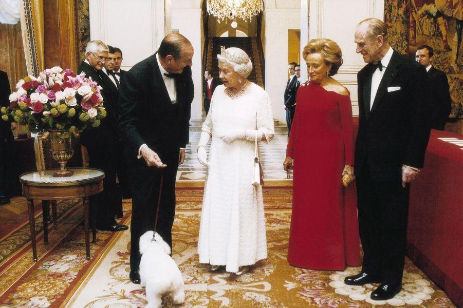 5 avril 2004.Dîner d'Etat donné à l'Elysée en l'honneur de la reine Elizabeth II : Jacques Chirac lui présentant son chien Sumo sous le regard amusé de Bernadette et du prince Philip d'Angleterre.