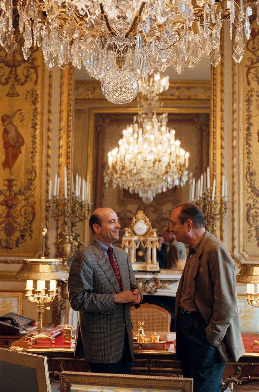 27 avril 1996.Alain Juppé est reçu à l'Elysée par Jacques Chirac : les deux hommes conversant dans le bureau du chef de l'Etat.