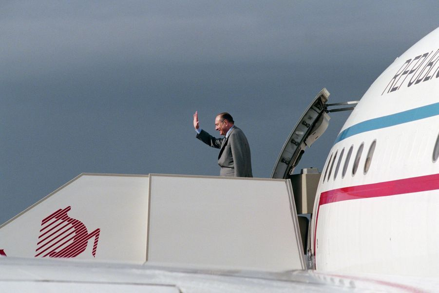1er décembre 2001.En Tunisie, à Carthage, visite officielle de Jacques Chirac lors de sa tournée éclair dans le Maghreb. Sur la passerelle d'un avion, Jacques Chirac saluant de la main avant de s'envoler pour Alger.
