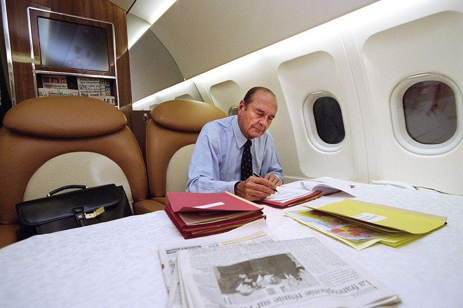 17 octobre 2002. Pendant cinq jours, le président Jacques Chirac a sillonné le Proche-Orient pour tenter d'arrêter la marche vers la guerre avec l'Irak. Ici, le président travaille à bord de l'avion présidentiel, le nouvel Airbus A-319 équipé d'une chambre et d'un carré présidentiel. Sur la table, le JDD ouvert à l'article consacré au sommet de la francophonie.