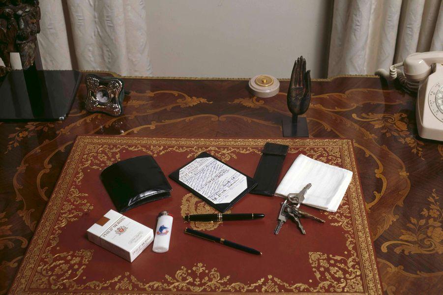 Avril 1988.Le Premier ministre Jacques Chirac a vidé ses poches pour Paris Match : sur son bureau, disposés sur un sous-main, un stylo Montblanc, le même depuis des années, un stylo à billes Dupont, un mini-écritoire sur lequel il prend des notes, les clés de l'appartement de l'Hôtel de Ville, un mouchoir blanc, un briquet jetable, un paquet de cigarettes Philip Morris ultra-légères, un peigne dans son étui et un portefeuille.