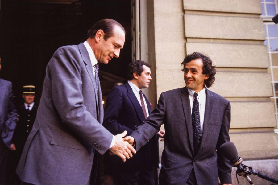 Le Premier ministre Jacques Chirac avec le footballeur Michel Platini sur le perron de l'hôtel Matignon le 27 avril 1987 à Paris, France.