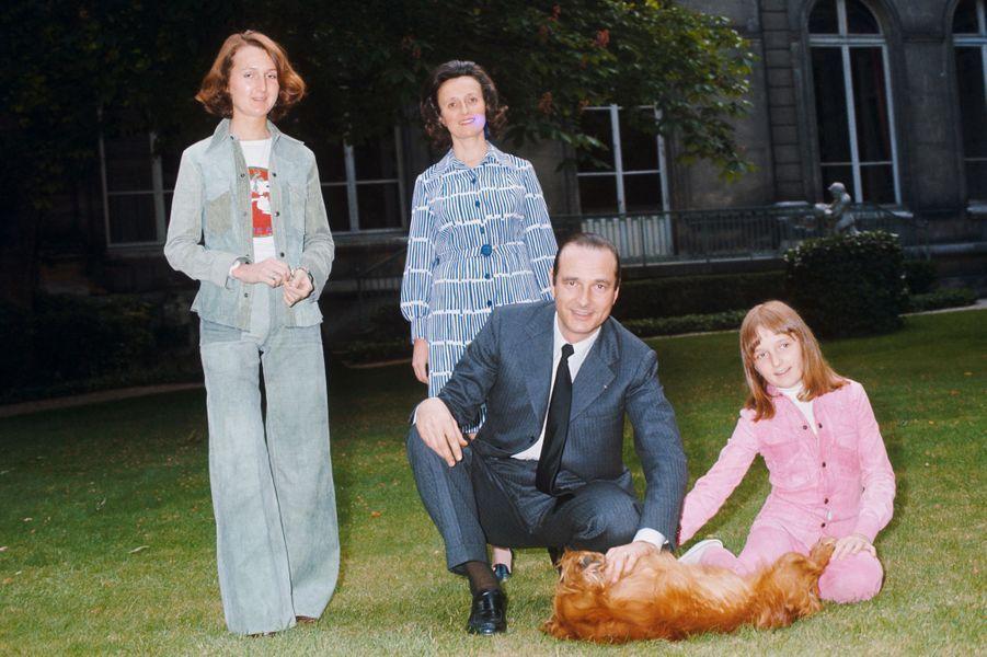 Jacques Chirac, avec son épouse Bernadette et leurs deux filles, Laurence et Claude, dans les jardins de l'hôtel Matignon.