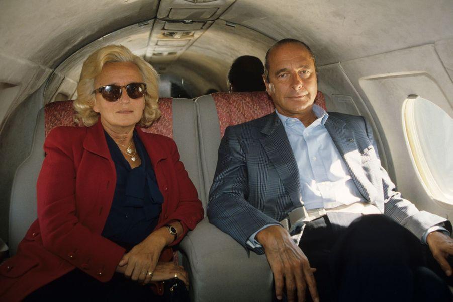 Bernadette et Jacques Chirac assis côte à côte, à bord du jet les ramenant à Paris.