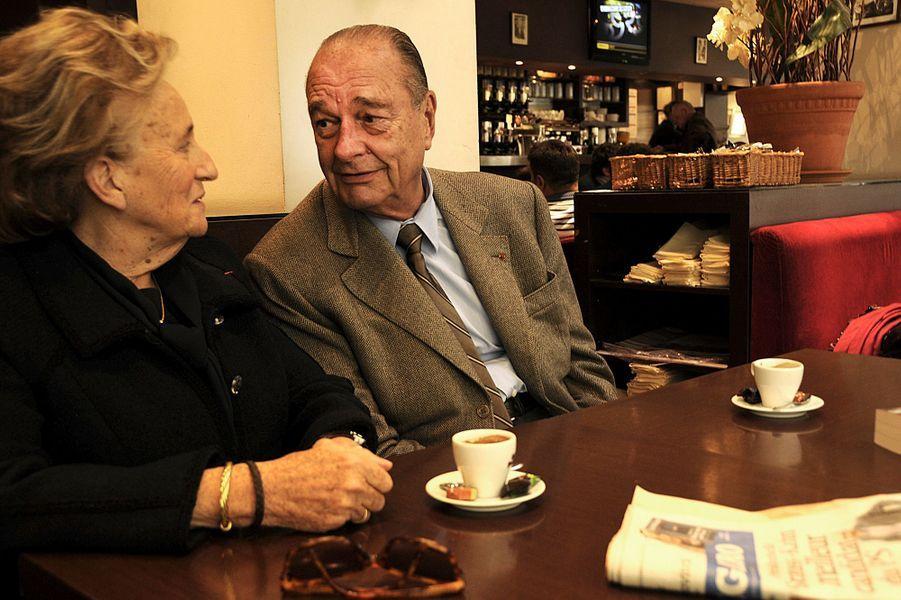 """Jacques Chirac et son épouse Bernadette se regardant les yeux dans les yeux assis devant un café au restaurant """"La taverne du sommelier"""" à Tulle où ils ont déjeuné après avoir passé la matinée à la Foire du livre de Brive. Il est venu signer son livre """"Chaque pas doit être un but"""" aux éditions Nil."""