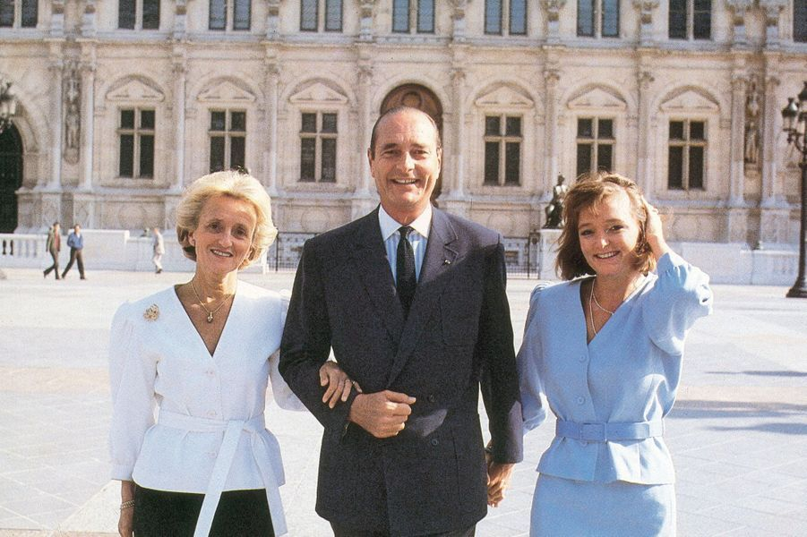 Jacques Chirac entre son épouse Bernadette et leur fille Claude devant l'Hôtel de ville de Paris.