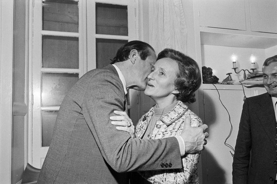 France, 15 novembre 1976, Campagne électorale de l'homme d'état Jacques Chirac pour la présidence du Conseil général de la Corrèze. Ici, après les résultats, il embrasse son épouse Bernadette.