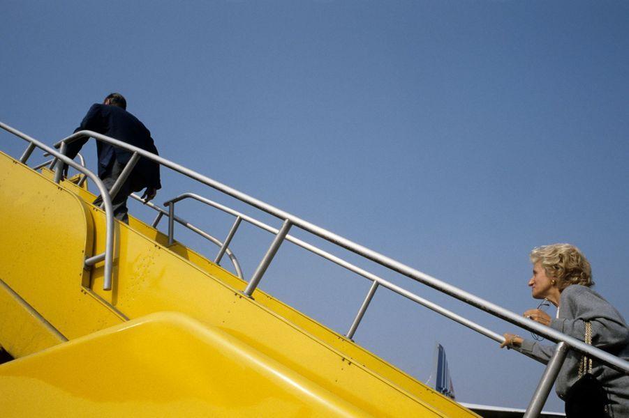 Nouméa- 18 septembre 1987. A l'occasion d'une visite officielle du Premier Ministre Jacques Chirac et à la suite de la prononciation de la Nouvelle-Calédonie sur son maintien au sein de la République française. Il reprend l'avion présidentiel en compagnie de Bernadette Chirac.